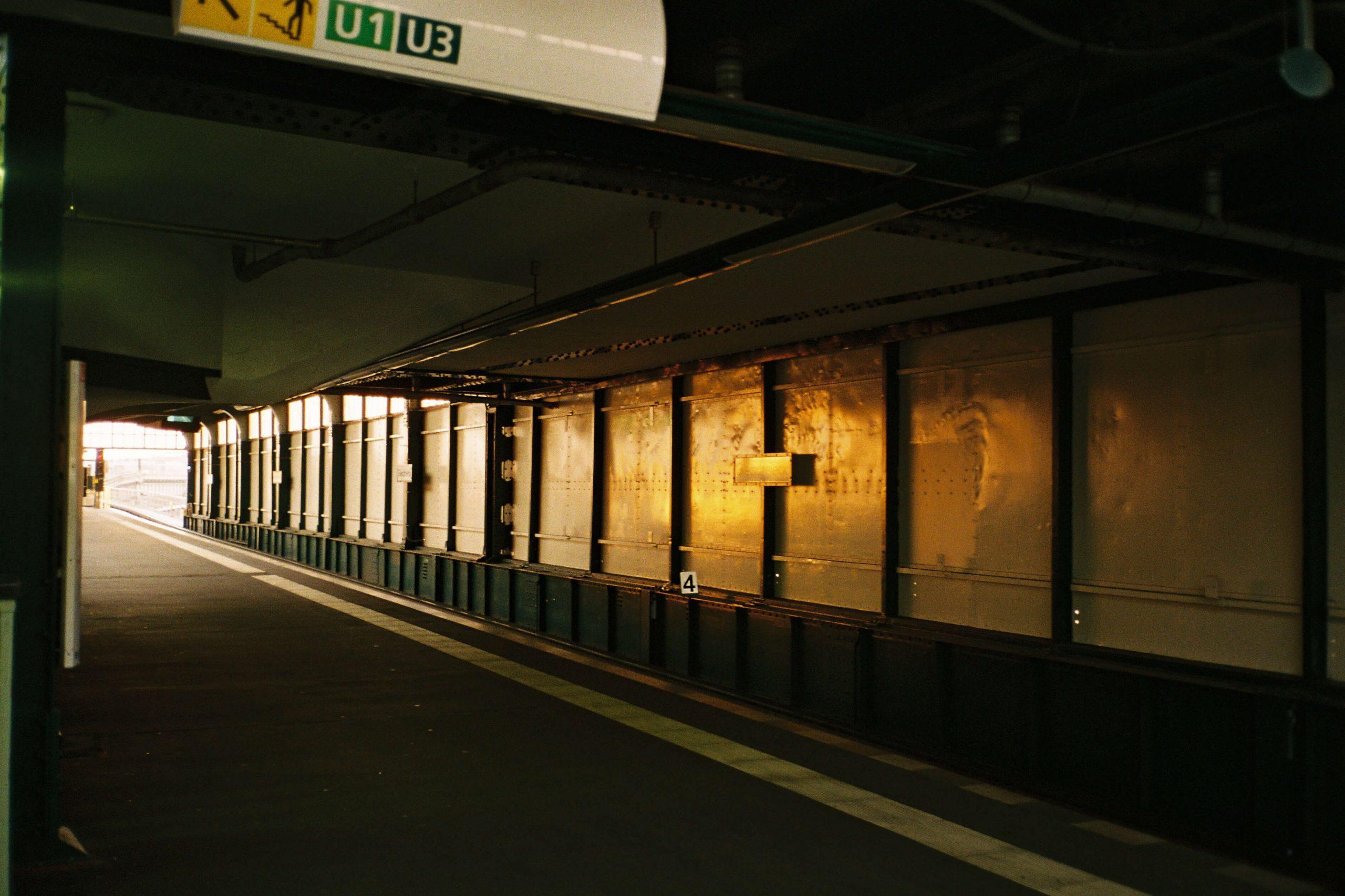 Licht eines Sonnenuntergangs spiegelt sich in der inneren Wand des U-Bahnhofs Gleisdreick in Berlin.